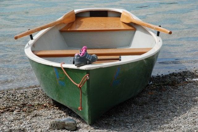 Ein Ruderboot liegt am Strand