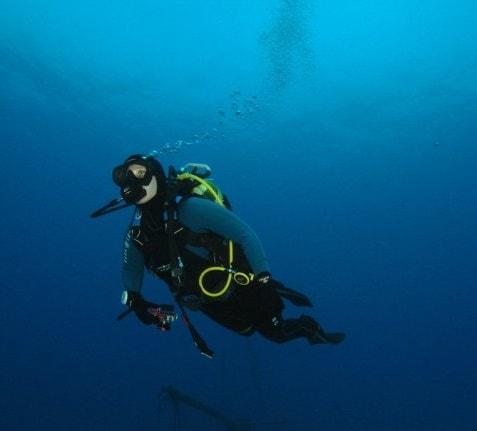 Ein Taucher unter Wasser