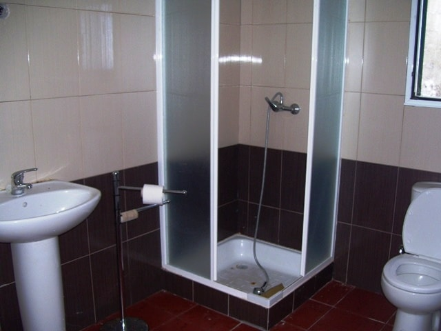 Das Badezimmer im unteren Stockwerk