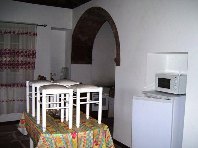 Der Wohnraum mit typischem Rundbogen
